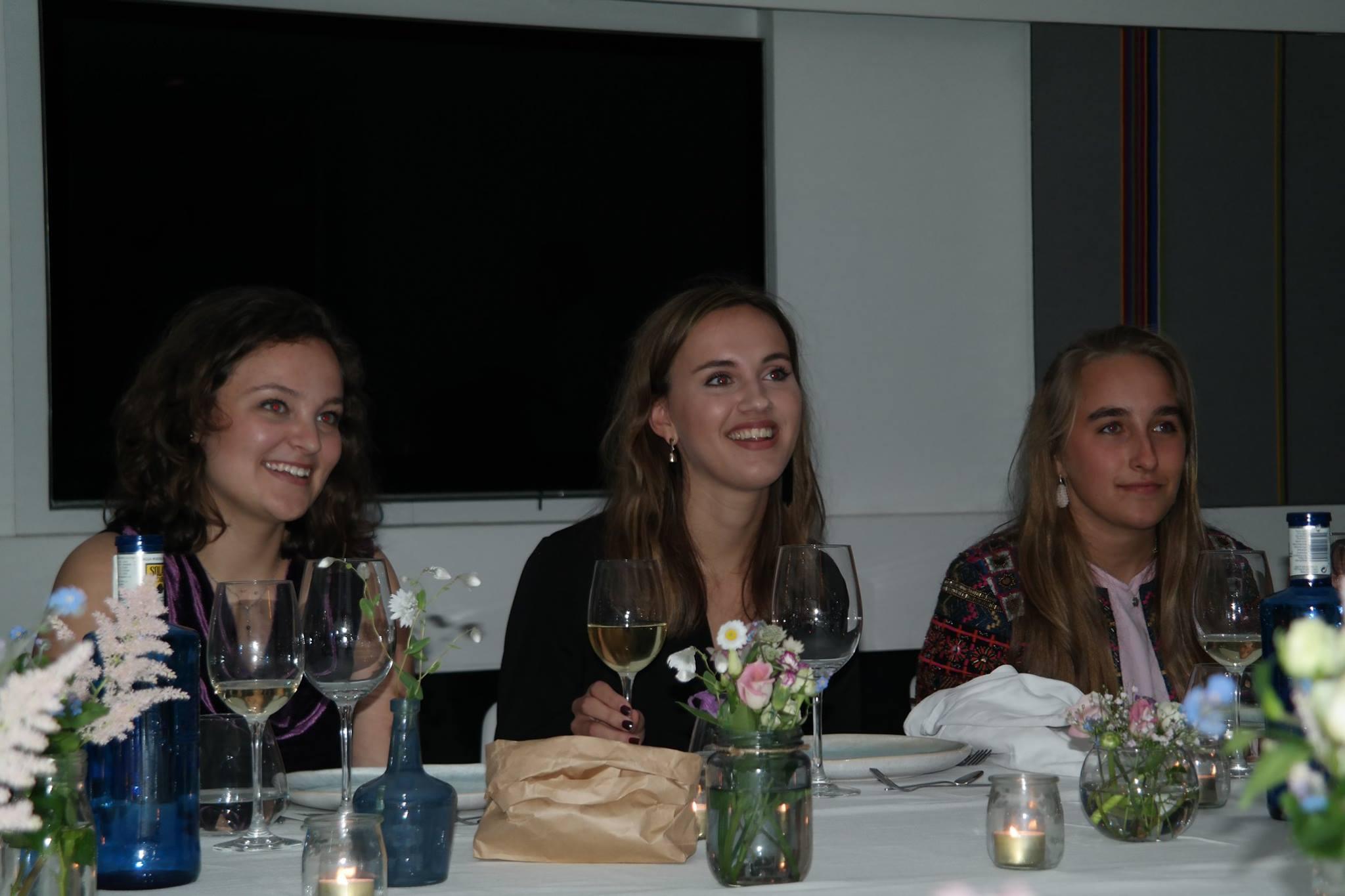 diner tafel vol bloemen
